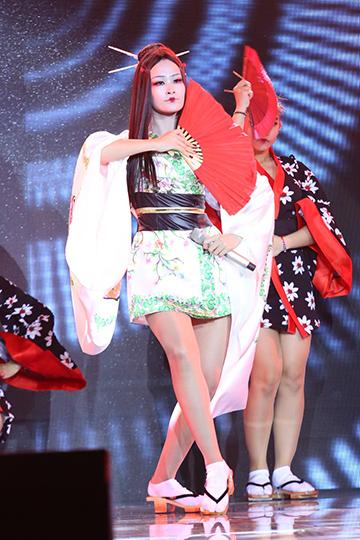 Đông Nhi mở màn chương trình ca khúc nhạc Nhật mang tên Geishas dreams  trong tạo hình nàng Geisha diện trang phục kimono ấn tượng ấn tượng. Phần diễn được đánh cao về cách dàn dựng nhưng Nguyễn Hải Phong khuyên Đỗ Hiếu nên chọn đúng tông giọng hơn cho Đông Nhi để cô phô được hết kỹ thuật của mình.