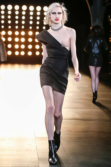 Váy đơn ngực mà Hedi Slimane thiết kế cho bộ sưu tập Thu Đông 2015 của Saint Laurent làm dấy lên câu hỏi liệu ai có đủ can đảm để mặc. Câu trả lời là người mẫu Lida Fox  người hào hứng nhất với bộ váy này.