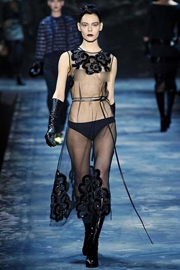Còn Marc Jacobs lại làm một bộ váy bằng vải sheer trong suốt từ trên xuống dưới theo hình ảnh tưởng nhớ đến cố tổng biên tập tạp chí Harpers Bazaar, Diane Vreeland.
