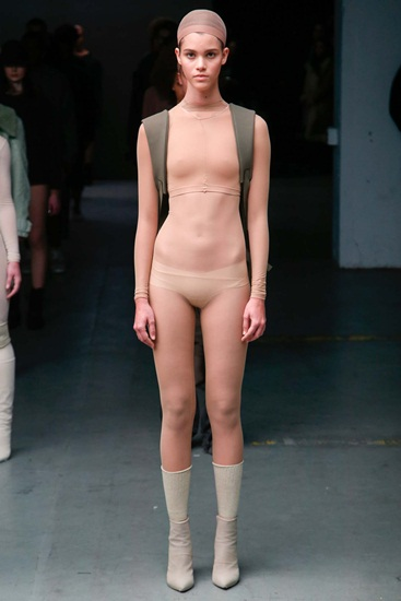 Bộ sưu tập của rapper Kanye West liên kết với thương hiệu Adidas bị đánh giá là lập dị với những mẫu áo màu nude khoe trọn cơ thể.