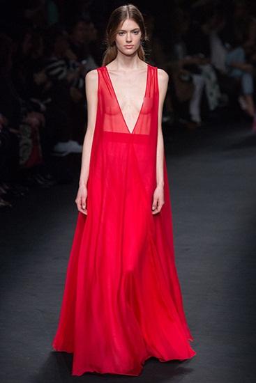Bộ đôi nhà thiết kế của Valentino, Maria Grazia Chiuri và Pierpaolo Piccioli, luôn ưa chuộng đầm vải sheer. Nhưng thiết kế mỏng manh đến mức khoe da thịt như trong mùa này quả là lần đầu tiên.