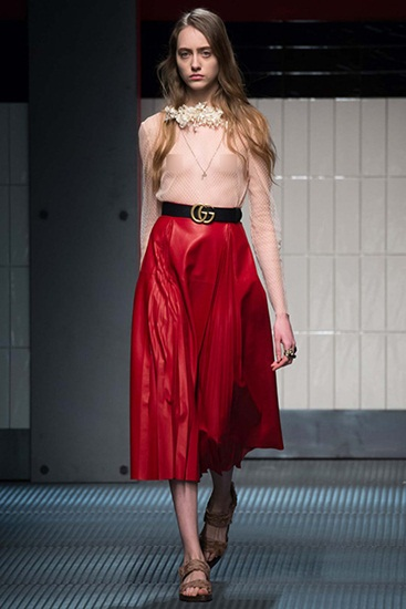 Trong lần đầu ra mắt, Alessandro Michele mang đến những cô nàng Gucci không chỉ hiền dịu đơn thuần trong những mẫu váy midi vintage, mà còn hết sức táo bạo khi lộ vòng một sau lớp vải voan trong suốt.