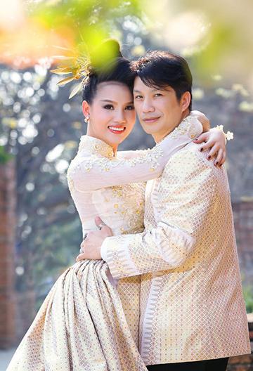 Sau mối tình 13 năm cùng người vợ cũ Angela Rockwood, Dustin Nguyễn quyết định tái hôn cùng người mẫu Bebe Phạm ở thời điểm sự nghiệp điện ảnh của anh đã có dấu ấn. Trước đó, họ bắt đầu quen nhau trong khoảng thời gian cùng quay phim tại Thái Lan. Cả hai dần nảy sinh tình cảm sâu đậm và bí mật đăng ký kết hôn cách đây 4 năm. Hiện họ đã có hai bé gái, một bé hơn hai tuổi và một bé nhỏ được 5 tháng. Vốn là người kín tiếng, chuyện đời tư của anh và vợ sau ít bao giờ được chia sẻ trên báo từ trước đến nay. Đạo diễn Dustin cho biết, điều anh quý nhất ở vợ mình là sự quân tâm chân thành của cô đến với những mảnh đời bất hạnh.