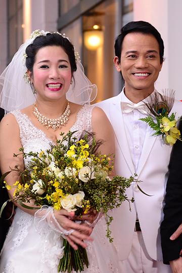 Ngày 14/3 vừa qua, Thanh Thanh Hiền và Chế Linh tổ chức đám cưới tại Hà Nội, với sự tham gia của nhiều bạn bè nghệ sĩ. Hai con gái cô cũng tham gia một tiết mục hát mở màn làm món quà chúc mừng ngày vui của mẹ. Nữ ca sĩ chia sẻ, cô cảm thấy rất hồi hộp vì dù đã kết hôn một lần nhưng cô chưa từng được lên xe hoa.