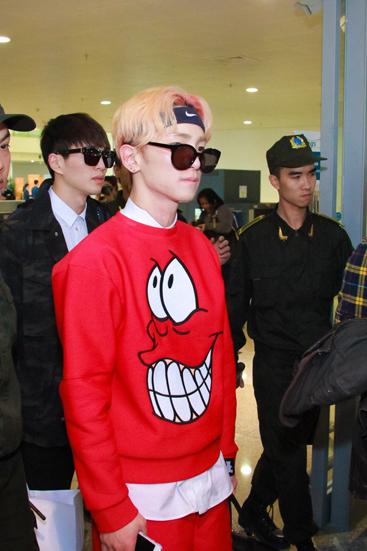 Fan Việt ôm mặt khóc khi đón thần tượng từ Hàn Quốc