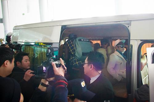 Xe hơi đưa các nhóm nhạc về khách sạn bị vây kín bởi người hâm mộ.