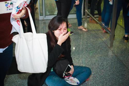 Một fan nữ xúc động ngã khuỵu xuống đất