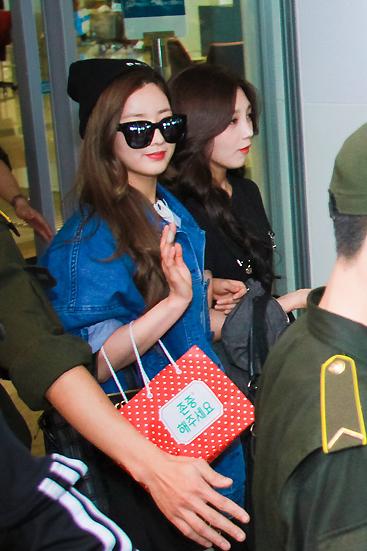 Ca sĩ Bomi khoác chặt tay Eun Ji để bước ra xe.