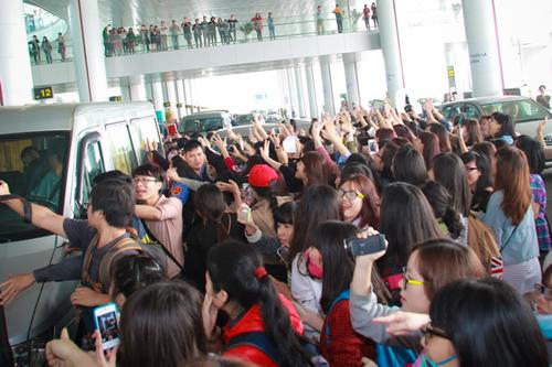 Ngay cả khi các ca sĩ đã bước lên xe, các fan vẫn vây quanh và hô lớn tên họ để thể hiện sự ngưỡng mộ.