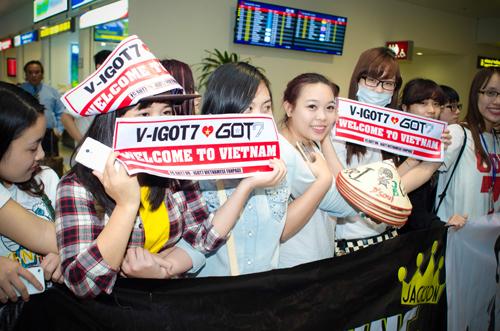 Người hâm mộ đã có mặt từ sớm với đủ loại băng rôn và khẩu hiệu để chào đón thần tượng. Một fan nữ thậm chí còn chuẩn bị sẵn nón