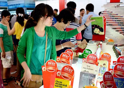 Rất đông độc giả trẻ tham quan hội sách Cần Thơ ngày khai mạc.