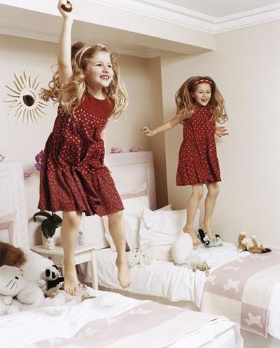 Phòng ngủ của hai con gái sinh đôi nhàKeller được trang trí với tông trắng với nhiều thú bông.