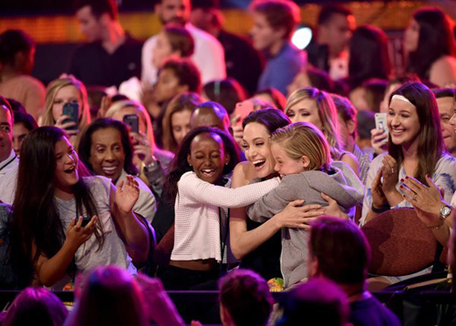 Angie ôm các con khi chiến thắng giải