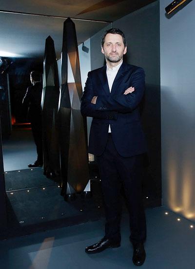 Điêu khắc gia Pháp Xavier Veilhan bên tác phẩm của ông tại triển lãm.