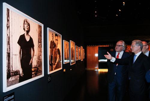 Quan khách tham quan triển lãm.
