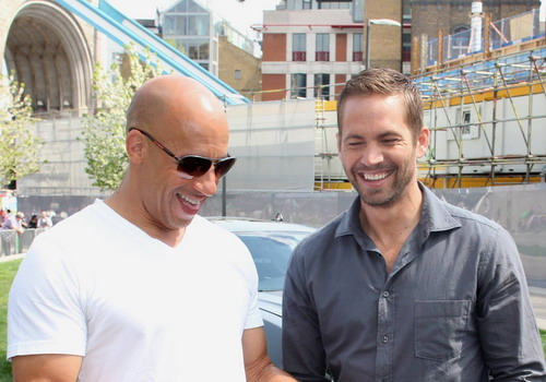 Paul Walker trong một khoảnh khắc vui vẻ bên Vin Diesel.