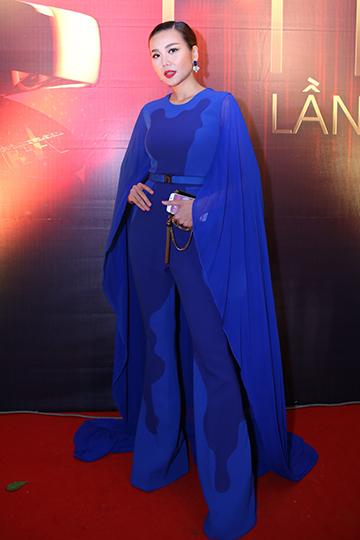 Tối 4/4 tại TP HCM, Thanh Hằng xuất hiện trên thảm đỏ lễ trao giải thưởng truyền hình trong trang phục khá kín đáo. Bộ jumpsuit lấy màu xanh cobalt chủ đạo, với phần tay áo được thiết kế như một chiếc áo choàng voan cá tính.