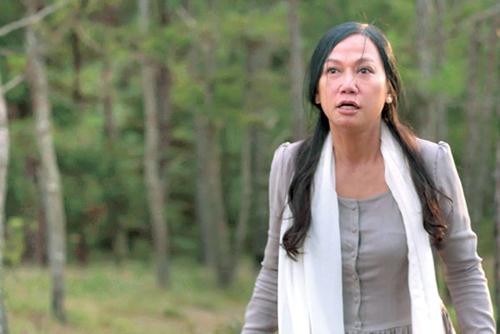 """Kim Khánh hóa thân thành bà mẹ vật vã vì cho rằng con trai """"mắc bệnh"""" đồng tính."""