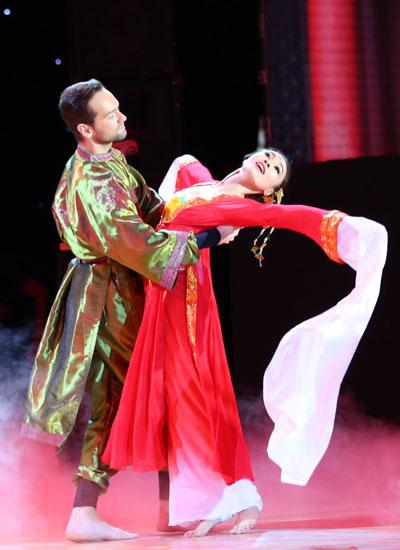 Ở bài thi thứ hai, cô kết hợp múa, slow foxtrot và pasodoble thể hiện chuyện tình tay ba của cô ca kỹ mù Tiểu Muội cùng chàng (Daniel) và Kim Bộ đầu (George) trong bộ phim nổi tiếng Thập diện mai phục.