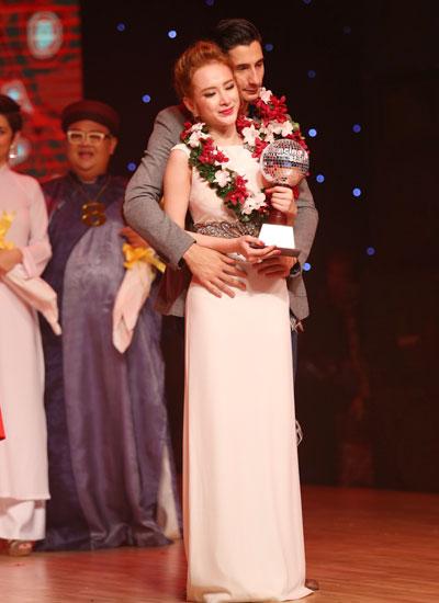 Angela Phương Trinh đoạt giải bạc.