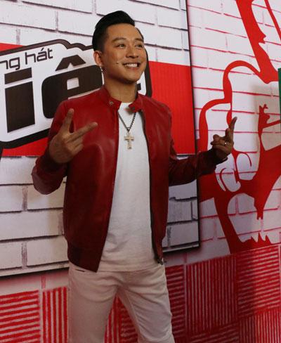 Tuấn Hưng từ Hà Nội vào dự buổi ghi hình. Anh hào hứng với vai trò giám khảo cuộc thi hát thu hút sự chú ý của đông đảo khán giả.