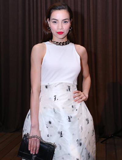 Cô chọn kiểu váy của thương hiệu Dior xuất hiện trong sự kiện.