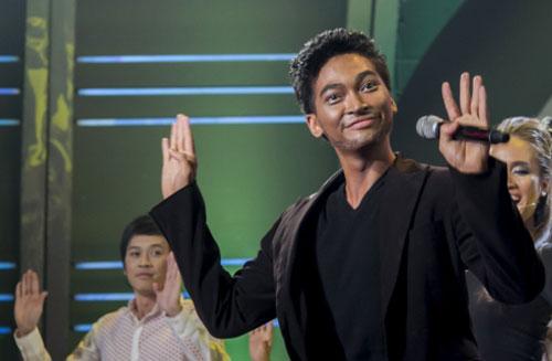 Tiết mục 9: Khương Ngọc hóa thân thành A.R.Rahman với ca khúc Jaiho Đáp lại sự tò mò của giám khảo Mỹ Linh cũng như các khán giả, Khương Ngọc đã xuất hiện trong tiết mục cuối cùng show 1.