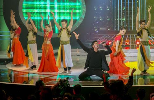 Tuy nhiên anh khiến cho các khán giả ngạc nhiên vì đã trình diễn bài hát bằng ngôn ngữ Ấn Độ vô cùng thú vị. Nhưng biểu cảm diễn xuất của anh có phần khác hơn so với tiết mục gốc khiến cả Ban giám khảo và khán giả như được hòa mình vào một sân khấu ca nhạc nước ngoài.