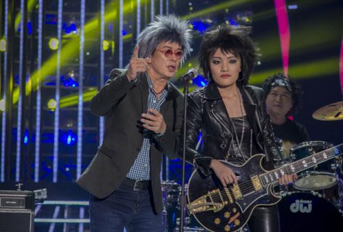 Quán quân Vietnam Idol 2014 đã hy sinh ngoại hình xinh xắn để hóa thân thành Joan Jett. Cô ca sĩ trẻ cho biết cô sẽ nỗ lực hết mình để thể hiện một ca khúc nhạc Rock đầy khí chất. Các giám khảo nhận xét rằng giọng hát của quán quân quả thật rất ấn tượng nhưng dường như cô vẫn chưa hòa mình vào nhân vật gốc. Giám khảo Hoài Linh đặc biệt ấn tượng với cô khi cho rằng Anh không ngờ một cô gái dịu dàng, xinh xắn như em lại có thể máu lửa đến như vậy.