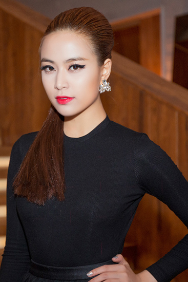 Không chỉ bắt chước kiểu tóc của Dior, Hoàng Thùy Linh còn cập nhật phong cách trang điểm hiện đại xuất hiện trên một số sàn thời trang của các thương hiệu quốc tế gần đây.