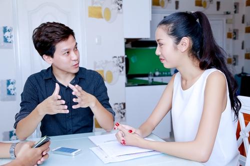 Á khôi Thúy Vân học giao tiếp để thi Hoa hậu Quốc tế
