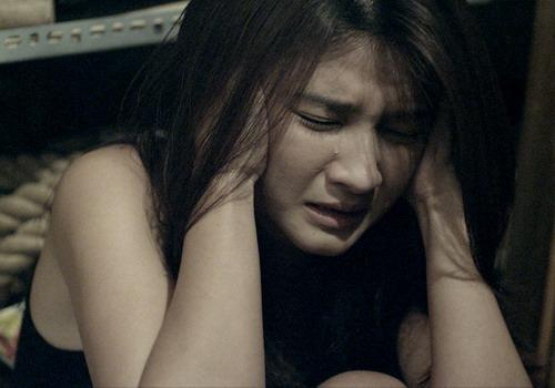 """Một cảnh quay đòi hỏi diễn xuất nội tâm của Kim Tuyến trong phim """"Ngủ với hồn ma""""."""
