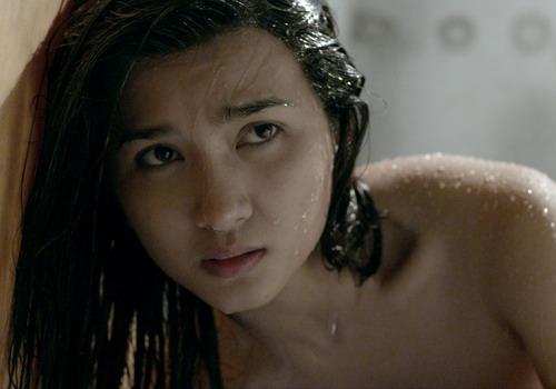 Kim Tuyến trong một cảnh quay bị ma hù khi đang tắm.