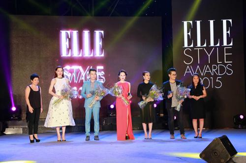 Nhà tài trợ Prima Gold tặng hoa cho các ca sĩ được đề cử tại Elle Style Awards 2015