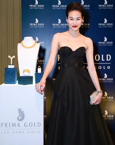 Người mẫu - fashionista Thanh Trúc chọn kết hợp đầm đen cùng clutch ánh kim.