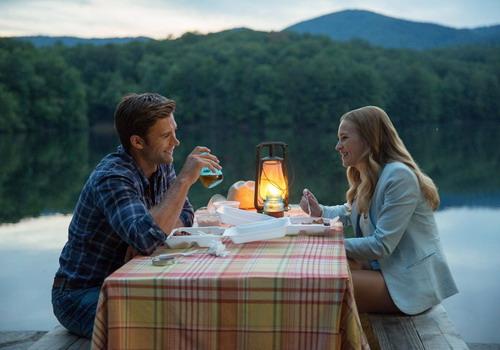 Hình ảnh lãng mạn của hai nhân vật chính - Luke và Sophia - trong phim.