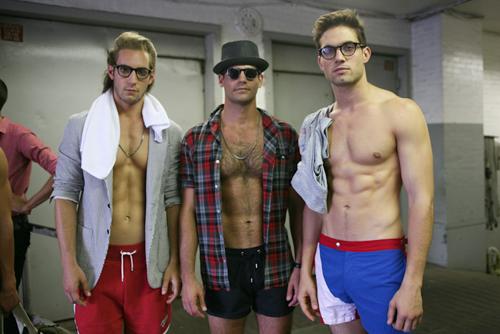Jamie Jewitt (bên phải) trong một show thời trang.