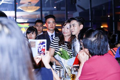 Chương trình vừa kết thúc, các khán giả đã ùa tới để xin chụp hình kỷ niệm cũng như xin chữ ký của cha con Hoài Linh - Hoài Lâm.