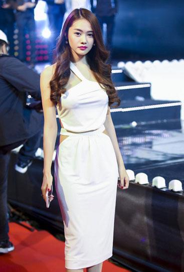 Người mẫu Linh Chi chọn son môi cánh sen trên tông nền trắng mịn.