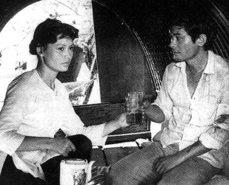 """Nghệ sĩ Minh Châu và nghệ sĩ Anh Dũng trong phim """"Cô gái trên sông"""" của đạo diễn - NSND Đặng Nhật Minh."""