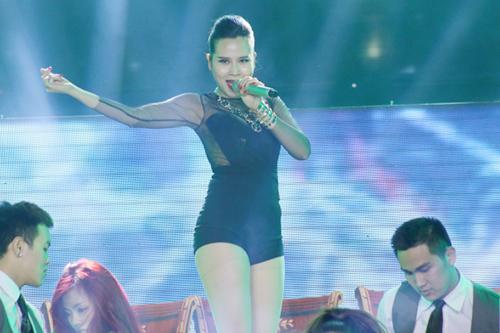Lưu Hương Giang thể hiện một sáng tác mới của Khắc Hưng  Get High. Nữ ca sĩ diện body suit đen bó sát, khoe vũ đạo nóng bỏng cùng vũ đoàn.