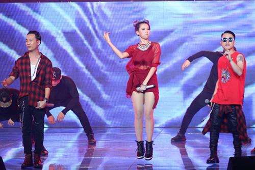Ca sĩ khách mời Min thể hiện liên khúc Yêu  Call my name  Tell Me Why với phần hỗ trợ của Mr. A và Justa Tee.