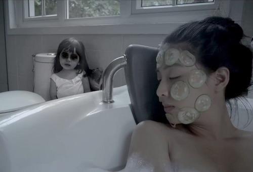"""Hồn ma nhí xuất hiện trong trailer mới của """"Ngủ với hồn ma""""."""