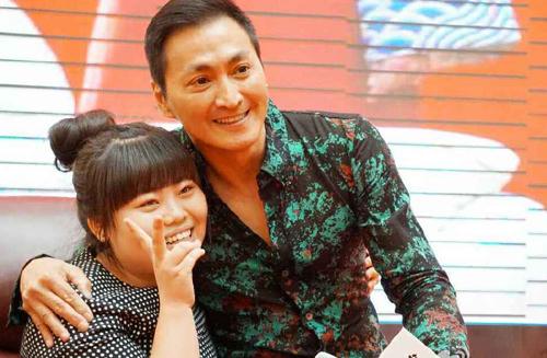 Hà Gia Kính từng rất nổi tiếng với vai Triển Chiêu trong Bao Thanh Thiên bản 1993, đóng cùng Kim Siêu Quần, Phạm Hồng Hiên. Đỉnh cao sự nghiệp của anh vào thập niên 1990. Những năm gần đây, Gia Kính dành nhiều thời gian kinh doanh.