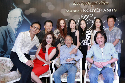 Nguyễn Ánh 9 cùng con trai - nhạc sĩ Nguyễn Quang (ngoài cùng