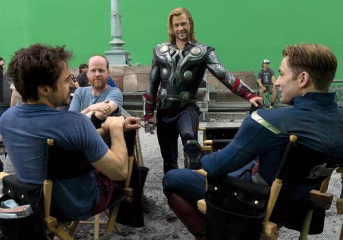 Đạo diễn Joss Whedon (thứ hai từ trái sang) cùng các tài tử Robert Downey Jr, Chris Hemsworth và Chris Evans trên trường quay