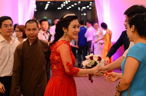 Minh Nguyệt, vợ sắp cưới của Tự Long, rạng rỡ trong buổi tiệc.