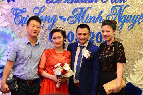 Dù vẫn còn đau nhức sau khi sinh con, ca sĩ Mỹ Dung vẫn cùng chồng tới chúc phúc cho đôi trẻ.