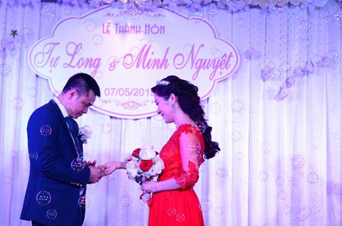 Hai người cùng nhau trao nhẫn cưới dưới sự chứng kiến của gia đình, bạn bè.
