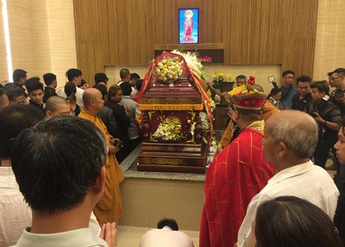 Rất đông người đến nghĩa trang Bình Hưng Hòa tiễn Duy Nhân lần cuối.